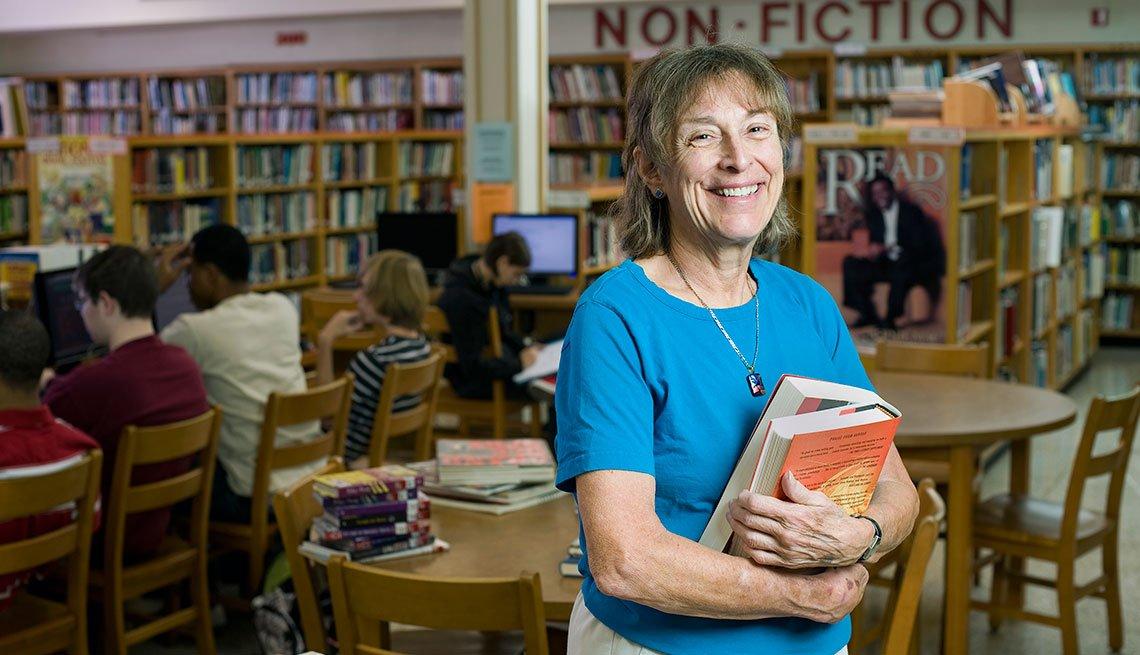 Bibliotecaria Sue Walbert en su trabajo.