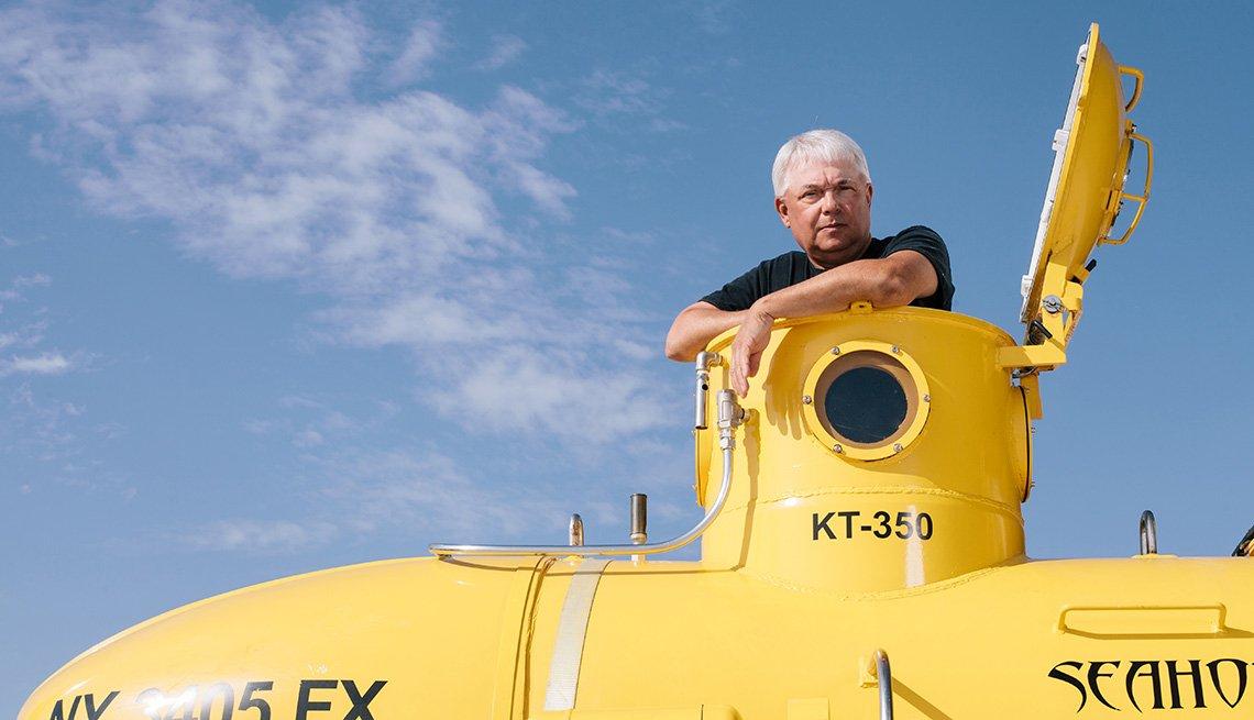 El piloto Mark Trezza en su pequeño submarino