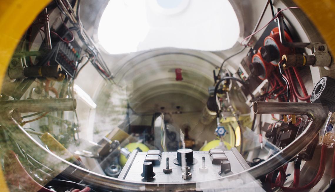 Interior del pequeño submarino de Mark Trezza