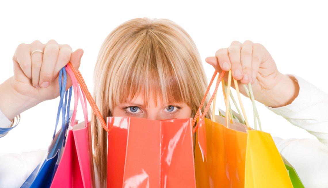 Mujer detrás de sus bolsas de compra
