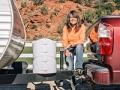 Foto de Michele Gray en su camioneta, ella es una trabajadora campista - Trabajos como campistas