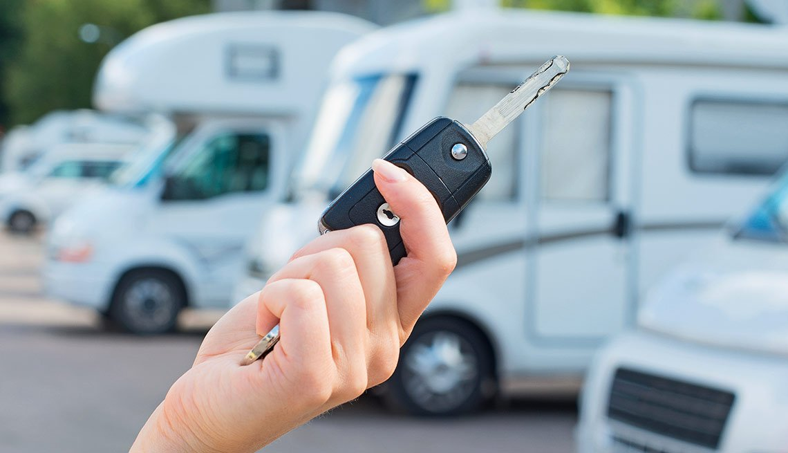Una mano sosteniendo las llaves de un vehículo