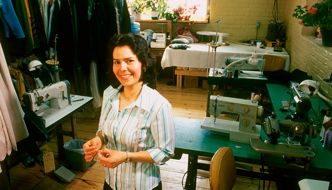 Mujer trabajando desde casa en la costura