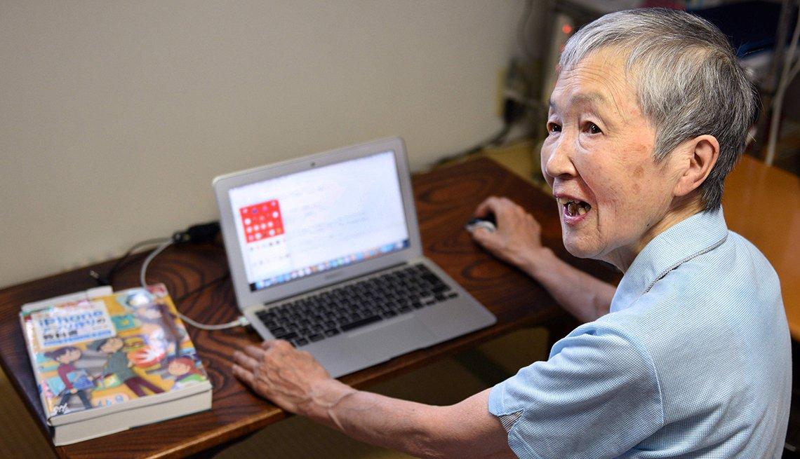 Masako Wakamiya, programadora de 82 años frente a su computadora