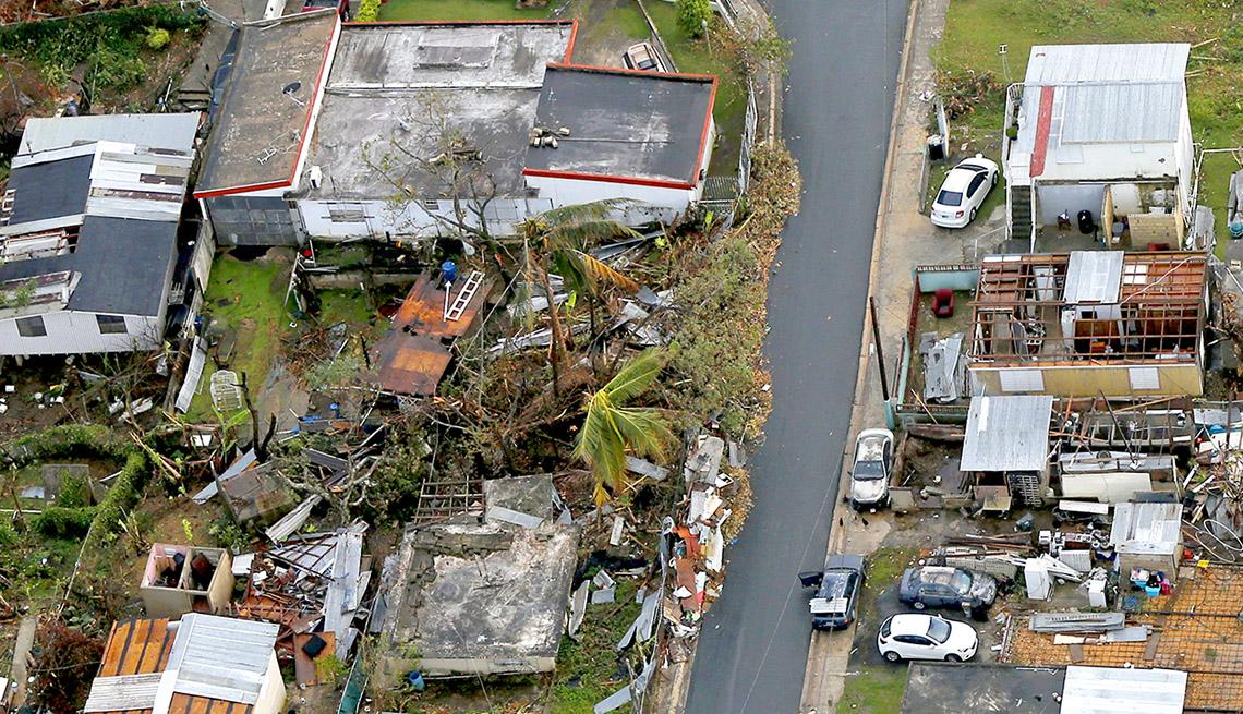 Vista aérea de casas destruídas tras el paso del Huracán María