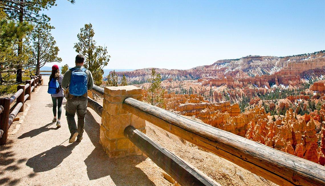 Pareja caminando en el Bryce Canyon National Park en Utah.