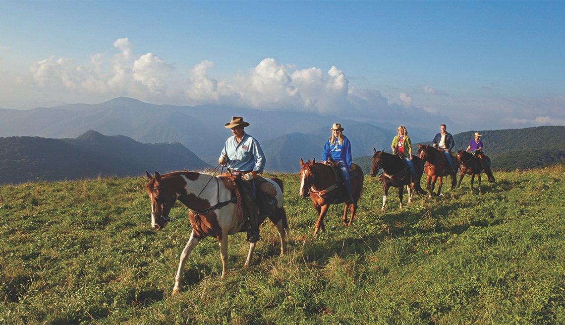 Varias personas cabalgando en Cataloochee Ranch