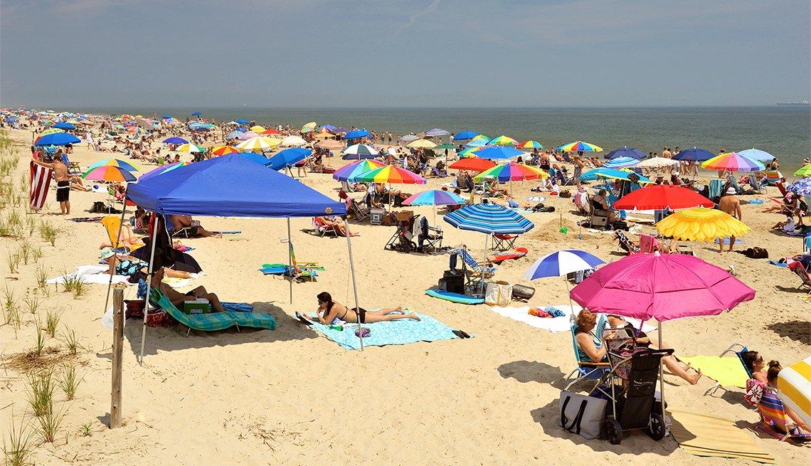Personas disfrutando de un día en la playa en Cape Henlopen State Park, en Delaware.