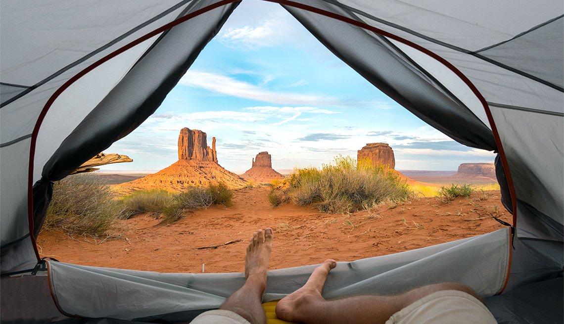 Vista desde el interior de una tienda de campaña donde se ve en el horizonte el Monument Valley en límite entre Arizona y Utah.