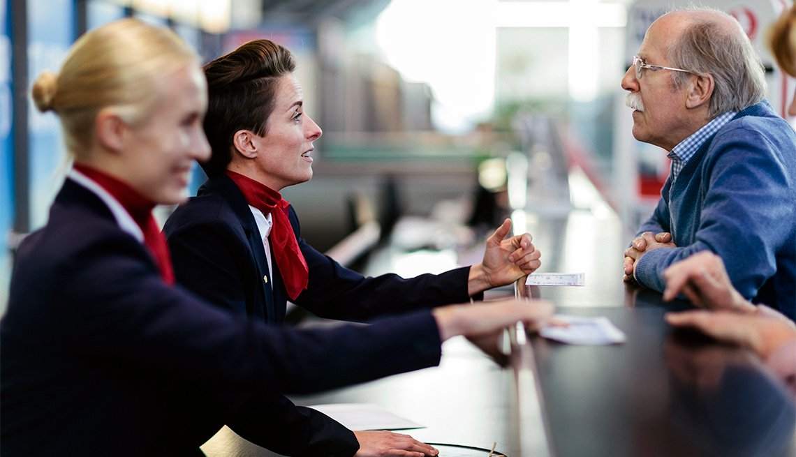 Hombre mayor registrándose en el aeropuerto
