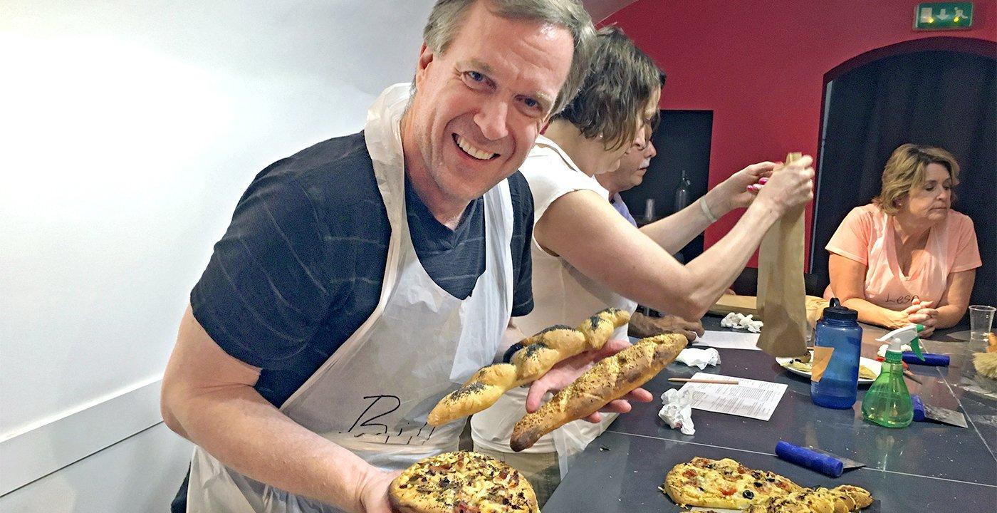 Bill Walsh sonríe mientras está en una clase de cocina en París