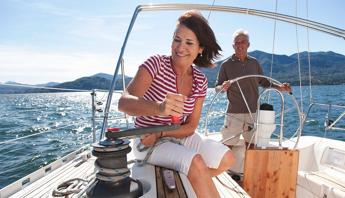 Un hombre y una mujer navegan en un bote