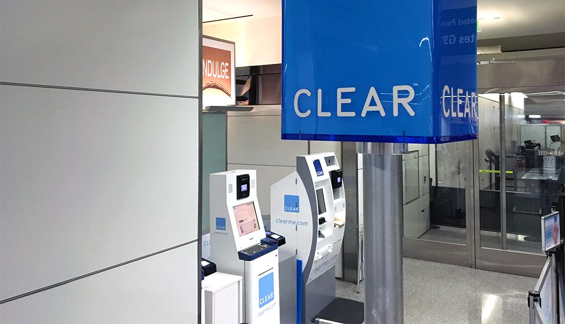 Máquinas de control de seguridad de pasajeros en un aeropuerto.