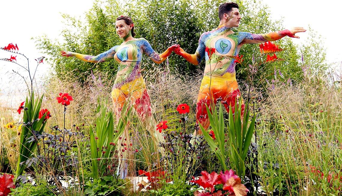 Modelos pintados en el Jardín Santuario Perenne en la Exposición de Floricultura del Palacio de Hampton Court 2017 en Inglaterra