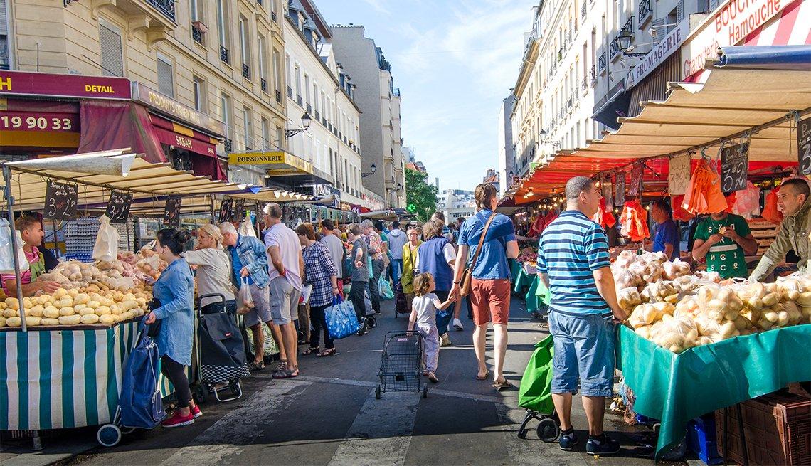 Personas caminando en el mercado al aire libre del distrito de la Bastilla en París