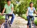 Pareja en paseo del ciclo En Campo - Rutas en bicicleta fáciles