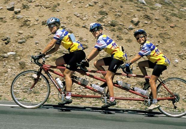Familia que monta una bicicleta en el Parque Nacional del Lago del Cráter, Oregón - Rutas en bicicleta fáciles