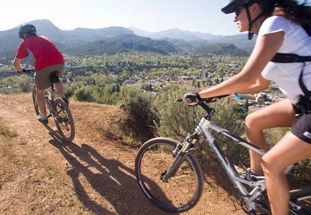 Los ciclistas de montaña montan en Durango, Colorado - Rutas en bicicleta fáciles