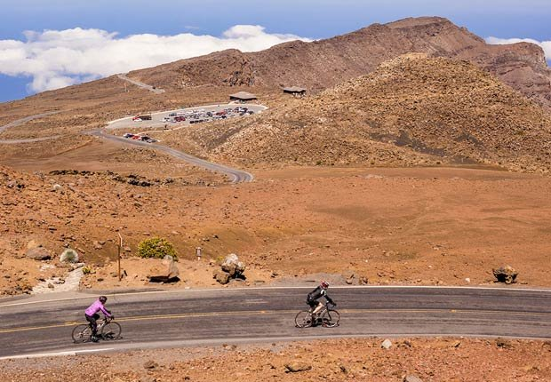 Ciclistas en el volcán Haleakala, Maui, Hawaii - Rutas en bicicleta fáciles