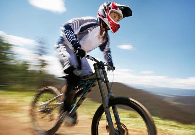 Un bicicrosista en Trestle Bike Park Winter Park, Colorado - Rutas en bicicleta fáciles