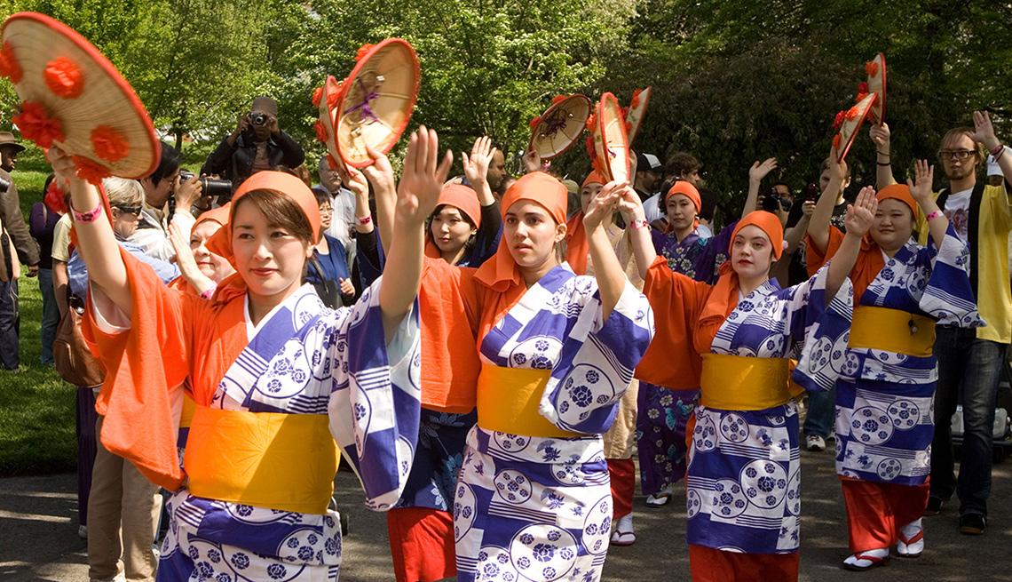item 6 of Gallery image - Bailarines en el festival Sakura Matsuri Cherry Blossom en Brooklyn
