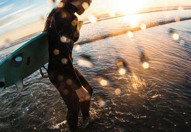 Mujer en surfeando en el mar, Encinitas, California - 10 viajes económicos de primavera