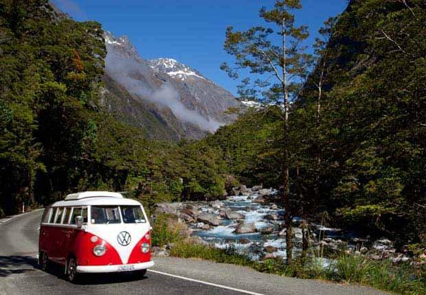 Camper van on road, Northwest United States - 10 viajes económicos de primavera