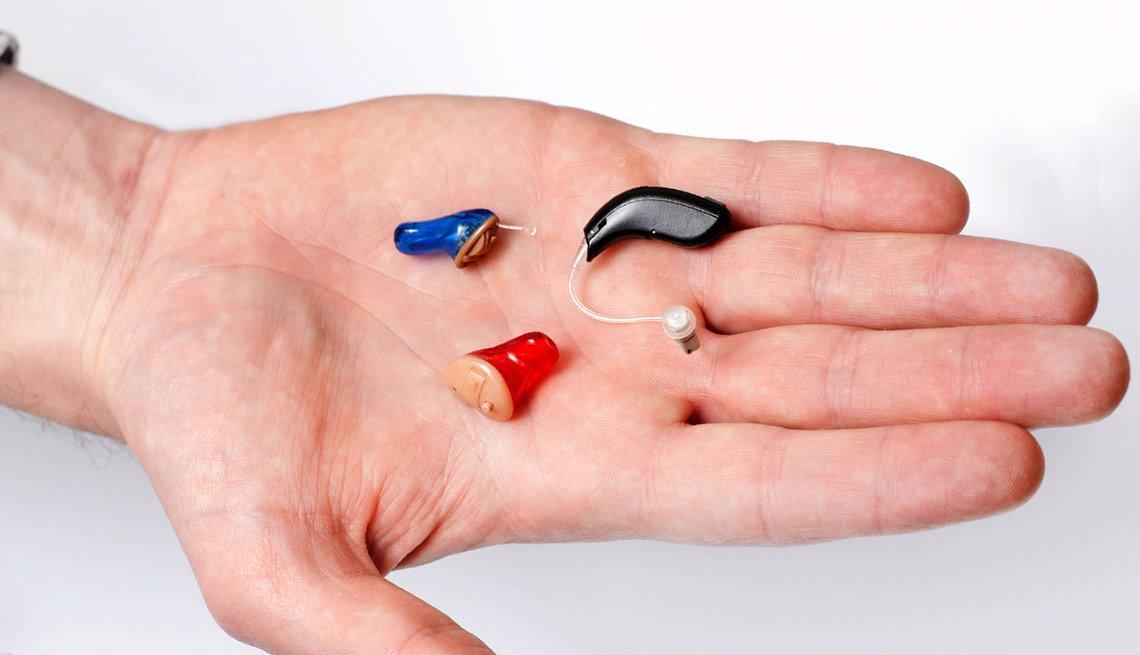 Audífono en una mano