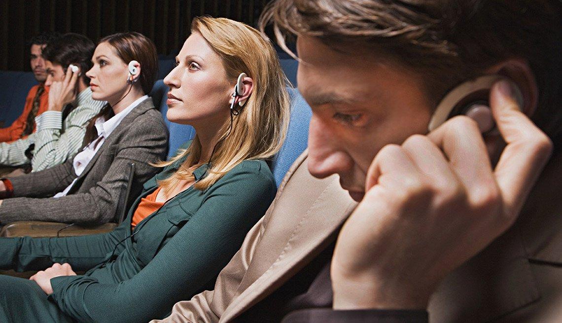 Grupo de personas con audifonos