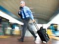 Hombre transitando por un aeropuerto