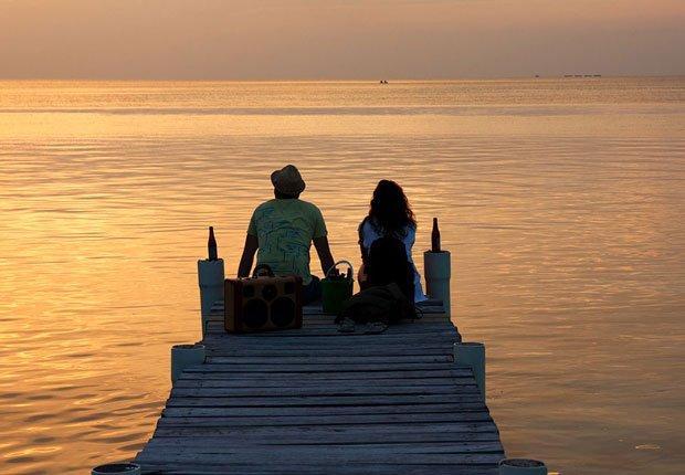 Pareja en el muelle en Belice - Los mejores destinos para una luna de miel en el 2014