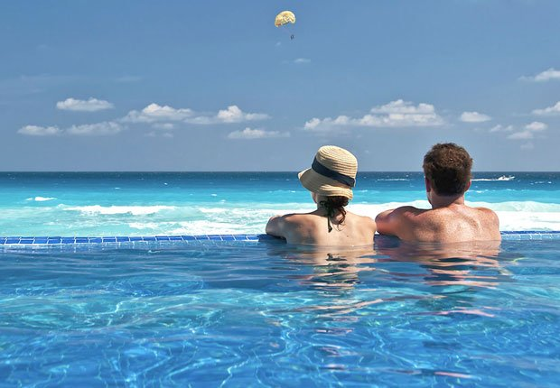 Pareja en una piscina junto a la playa en el Caribe - Los mejores destinos para una luna de miel en el 2014