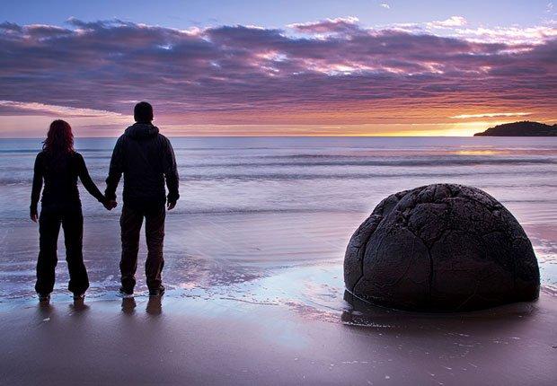 Pareja en una playa de Nueva Zelanda - Los mejores destinos para una luna de miel en el 2014