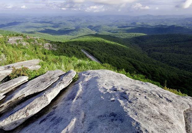 Vista hermosa mirando hacia abajo en Blue Ridge Parkway. Carolina del Norte. - Los 10 mejores viajes por carretera en Estados Unidos