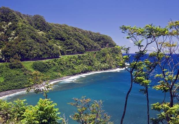 La carretera de Hana se aferra a la costa, a través de la selva tropical a lo largo de la costa norte de Maui - Los 10 mejores viajes por carretera en Estados Unidos