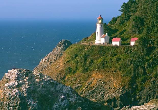 Faro histórico en la costa de Oregón - Los 10 mejores viajes por carretera en Estados Unidos