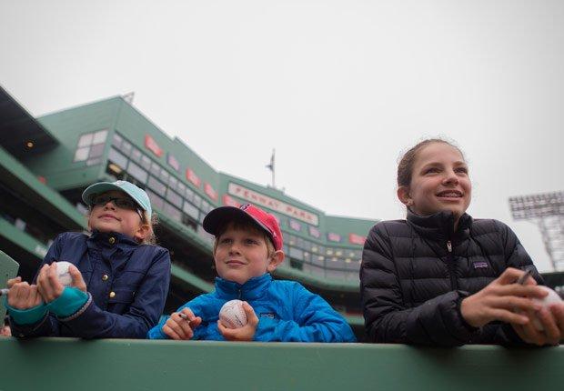 Los aficionados buscan autógrafos en el Fenway Park de Boston, Massachusetts.