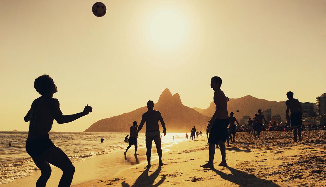 Personas jugando con una pelota en la playa - Todos los ojos puestos en Río