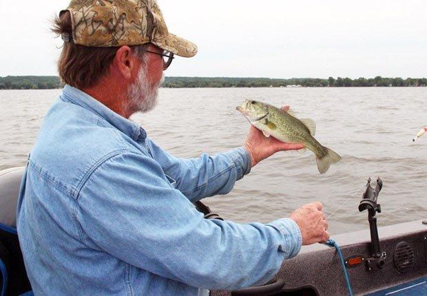 Hombre pescando - Los 10 Mejores lugares de pesca y la navegación en los Estados Unidos