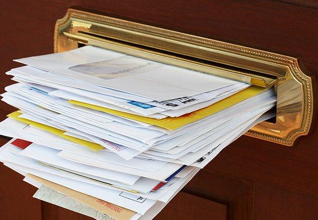 Claves para mantener tu casa segura cuando estás lejos - Correspondencia se sale del buzón de correo