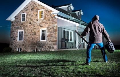 Claves para mantener tu casa segura cuando estás lejos - Asaltante intenta irrumpir en una casa