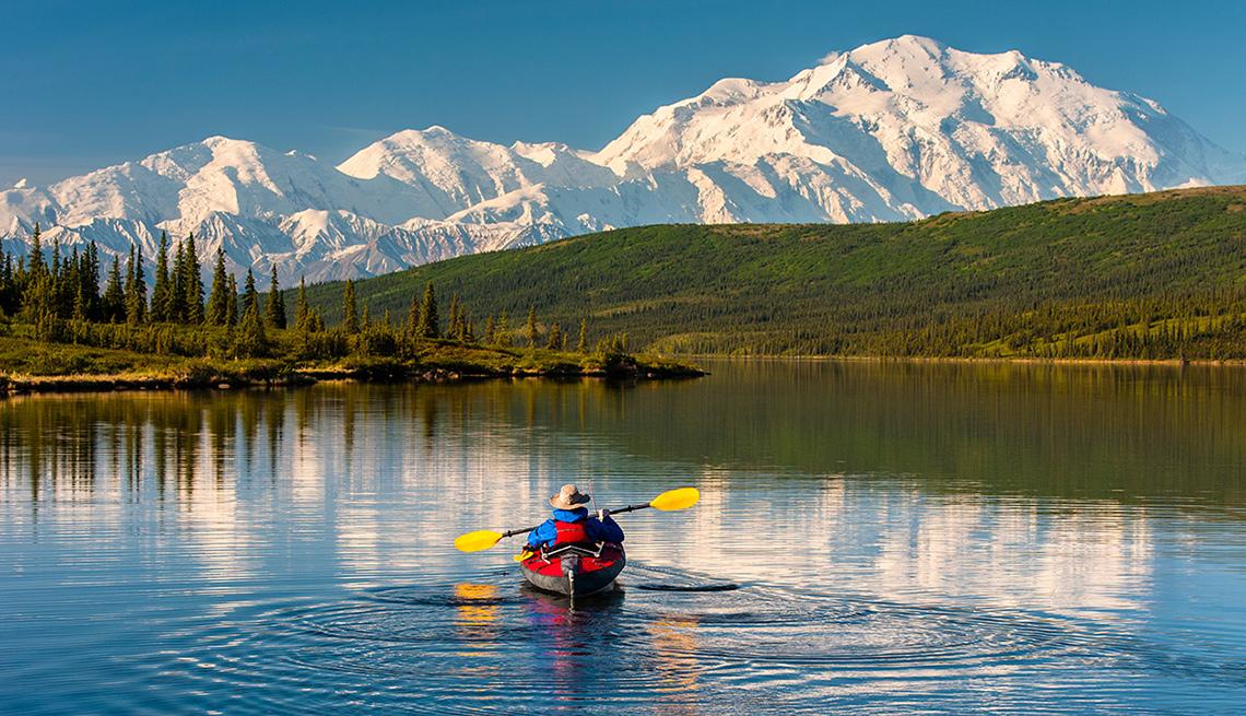El precio de ingreso a los parques nacionales podría aumentar en el 2018 - Persona rema en un kayac