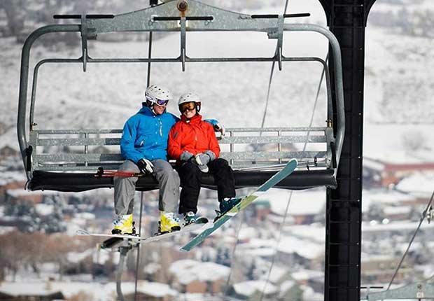 Pareja lista para esquiar - Destinos asequibles para el invierno
