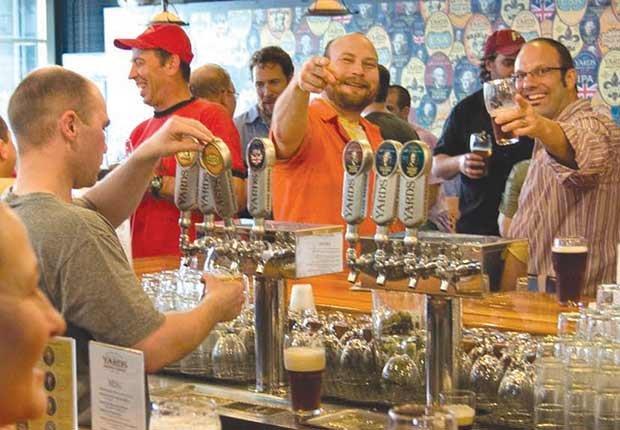 Ciudades donde la cerveza es única - Persona tomando cerveza