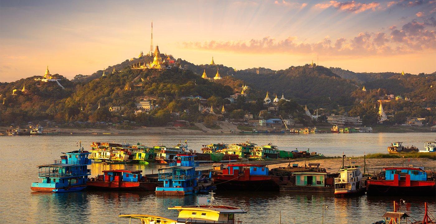 item 6 of Gallery image - Botes de carga en el rio Irrawaddy, en Mandalay, Myanmar