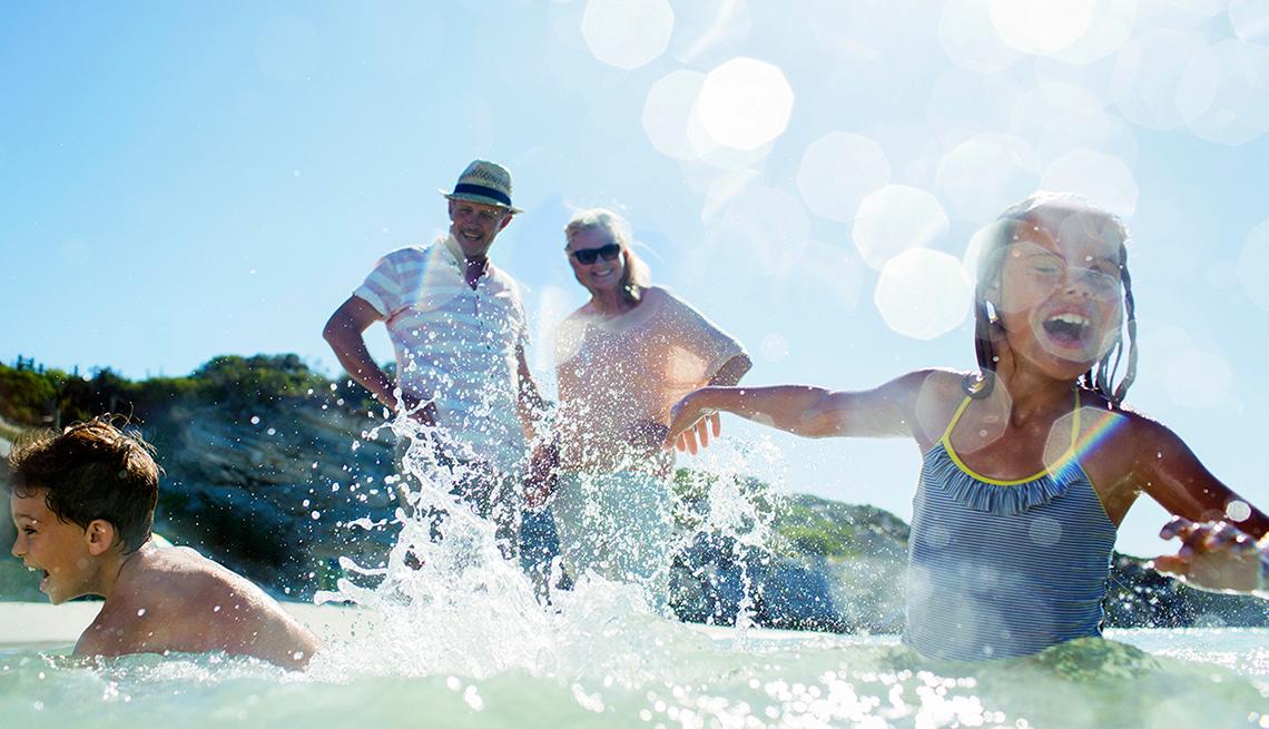 Panorama del turismo en el 2018 - Dos nietos y sus abuelos juegan en el agua