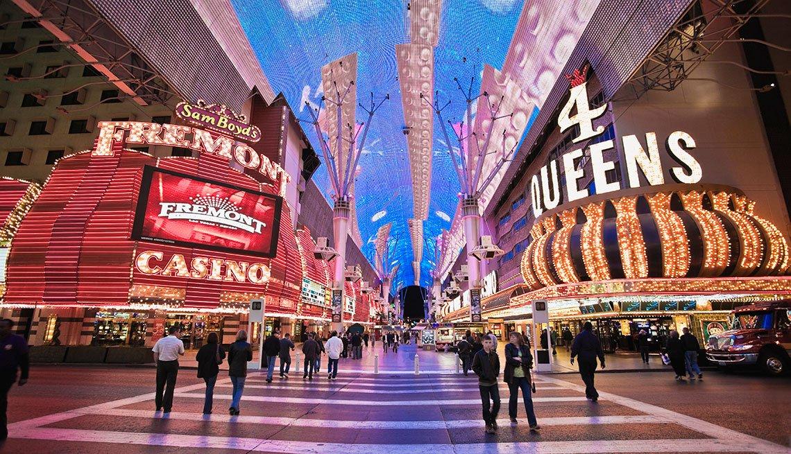 Personas caminan por el Down Town de Las Vegas.