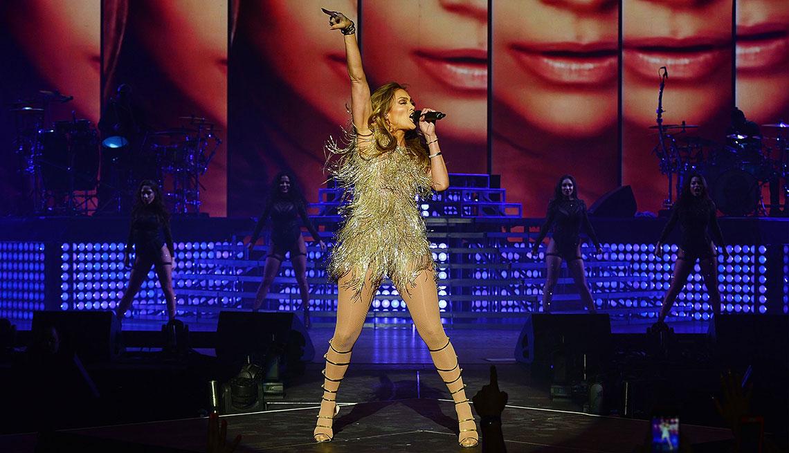 item 5 of Gallery image - Jennifer Lopez canta en el escenario.
